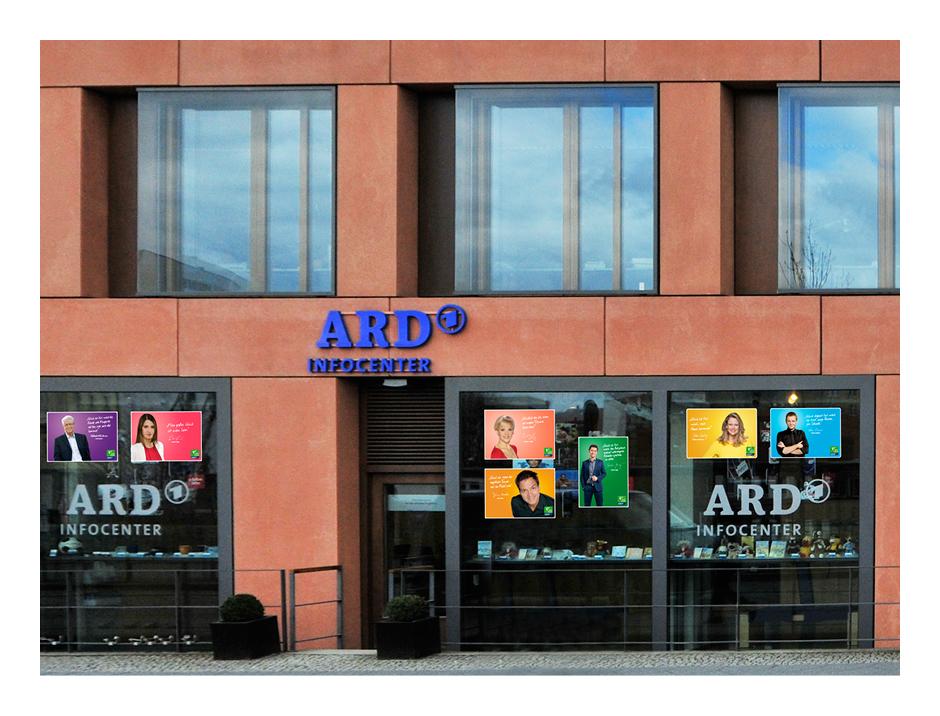 """Fensterbeklebung am ARD-Infocenter zur Themenwoche """"Zum Glück"""""""